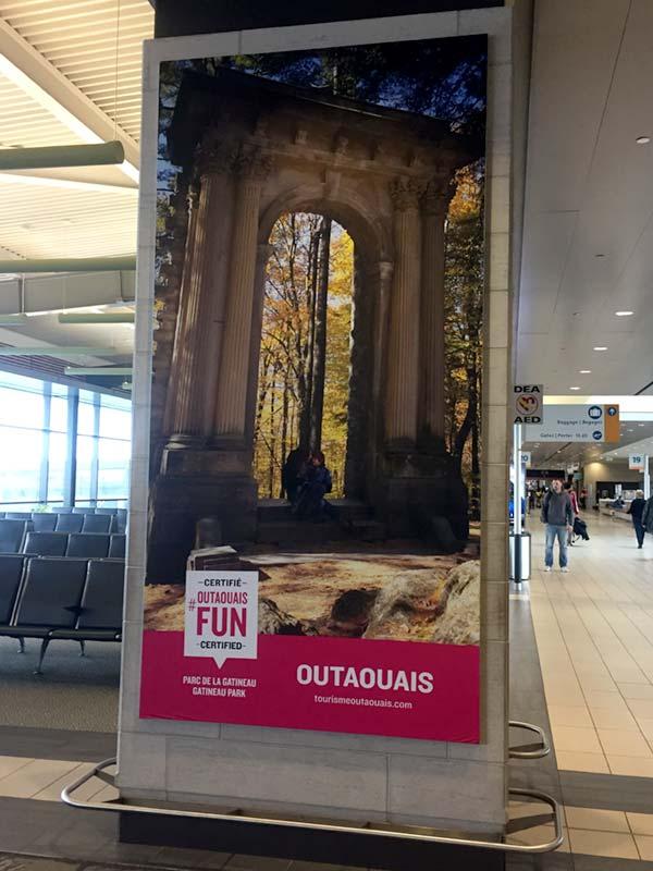 Panneau publicitaire à l'aéroport d'Ottawa